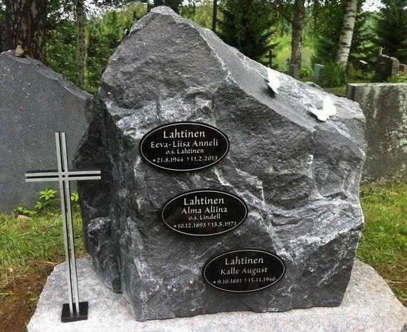 hautakivi usealla muistolaatalla