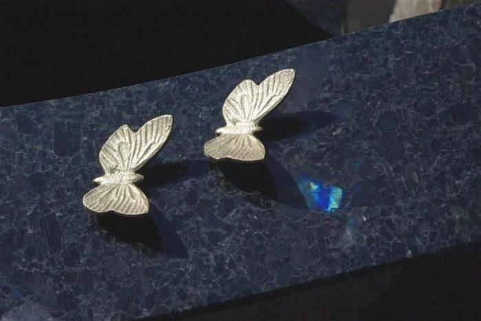 hautakiven koriste kaksi perhosta